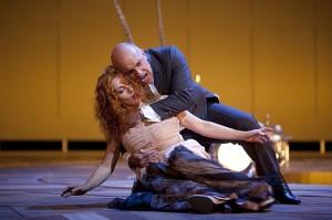 Cheryl Barker als Emilia Marty en Dale Duesing als Jaroslav Prus (foto: Hans van den Bogaard).