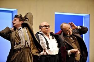 Noé Colín als Falstaff met zijn knechtjes Mark Omvlee (links) en Marcel van Dieren (rechts) (foto: Deen van Meer).
