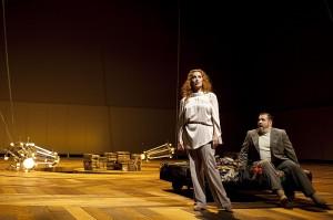Cheryl Barker als Emilia Marty en Raymond Very als Albert Gregor (foto: Hans van den Bogaard).