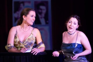 Artistiek leidster Mylou Mazali (rechts) en sopraan Tara Pigal tijdens een Opera per Tutti-uitvoering in maart (foto: Roos Westhoff).