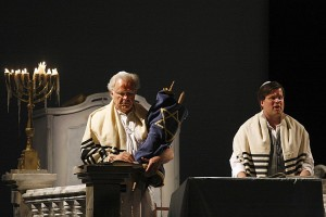 Wolfgang Schöne was een sterke Moses (links), Daniel Brenna een matige Aron (foto: Miskolci Nemzetközi Operafesztivál).