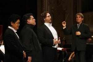 V.l.n.r. Jeon Wong Lee, Badri Maisuradze, Tomás Juhás en dirigent Ivan Anguélov (foto: Miskolci Nemzetközi Operafesztivál).