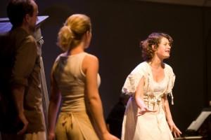Scène uit de opera met rechts Rosanna van Sandwijk.