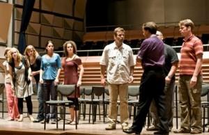 De cast tijdens een repetitie voor Die Lustige Witwe (foto: René Knoop).
