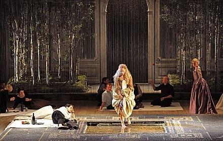 Eén van de kleurrijke scènes uit de productie, met in het midden Malena Ernman als Dido (foto: Ruth Walz).