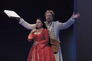 Hans Pieter Herman zingt als Leporello de catalogusaria, met voor hem Janny Zomer als Donna Elvira (foto: Oleg Vladimirsky).