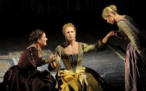 Malena Ernman als Dido in het midden, met lniks Judith van Wanroij als Belinda (foto: Ruth Walz).