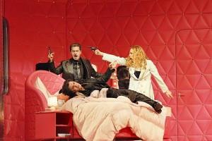 De hoofdrolspelers: Lucio Gallo, Eva-Maria Westbroek en liggend Zoran Todorovich (foto: Clärchen & Matthias Baus).