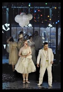 Het gemaskerde bal, met links Rebecca von Lipinski als Oscar (foto: Hermann en Clärchen Baus / Nationale Reisopera).