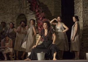 Scène uit de eerste akte van Carmen (foto: Ken Howard / Metropolitan Opera).