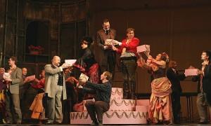 Scène uit de productie, met in het rode jasje Andreas Schagerl (foto: Eujeniy Kulyk).