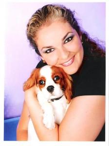 Kelly God met haar hondje Feline, die bijna overal mee naartoe gaat.