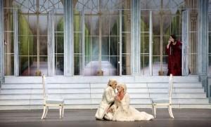 Karin Strobos als Octavian met Kim Savelsbergh als Sophie (foto: Morten de Boer, Den Haag).