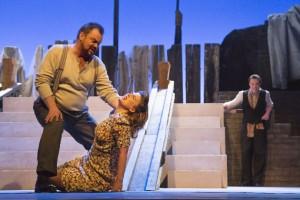 Scène met Johann Valdimarsson als Pagliaccio en Fenna Ogranjensek als Nedda (foto: Morten de Boer).