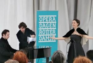 Kirila Kraal en Caspar Vos openden de Operadagen buiten voor de Laurenskerk.