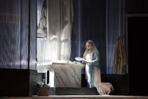 De Marchesa Attavanti kreeg in deze productie een veel grotere rol toebedeeld, goed vertolkt door Marjolein Bonnema (foto: Morten de Boer).