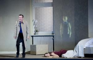 Scène uit AscheMOND, met Ulrich Matthes en Marlis Petersen (foto: Monika Rittershaus).