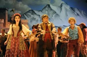 Scène met in het midden Marc Laho als Tell (foto: Jacques Croisier).