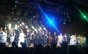 De zangers en musici van Rheingold op de Rijn nemen voor de laatste keer een ovatie in ontvangst.