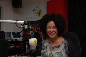 Tania Kross in de studio voor de bekendmaking van de Radio 4 Prijs (foto: Radio 4).