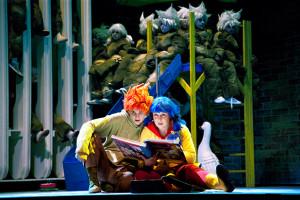 Karin Strobos (Hänsel) en Kim Savelsbergh (Gretel) in de productie van Opera Zuid (foto: Morten de Boer).