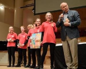 Edwin Rutten en kinderen het het kinderkoor De Kickers bij de presentatie van Der Ring des Nibelungen (foto: Dré de Man).