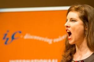 Deelneemster Julia Ostertag zingt op de Wagner Academie (foto: Dré de Man).