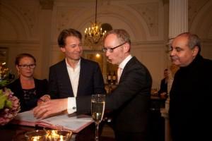 Els van der Plas, Marc Albrecht, Rob Streevelaar en Pierre Audi bij de contractondertekening in het Concertgebouw (foto: Ronald Knapp).