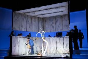Scène uit La Traviata in Bern (foto: Philipp Zinniker).