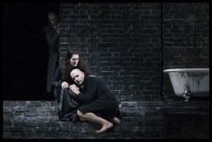 Scène uit Hamlet, met Jennifer Larmore en Stéphane Degout (foto: Hermann en Clärchen Baus).