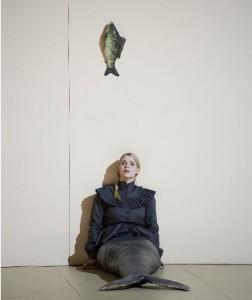 Scène uit Barrie Kosky's Rusalka (met een andere hoofdrolvertolkster dan in de besproken voorstelling) (foto: Monika Rittershaus).
