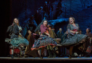 Anita Rachvelishvili (midden) keert terug in de 'bestselling' productie van Carmen (foto: Ken Howard / Metropolitan Opera).