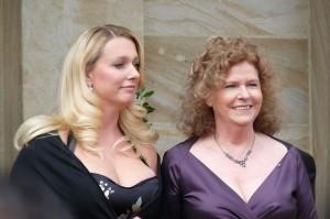 Katharina en Eva Wagner bij de Bayreuther Festspiele van 2009 (foto: Tafkas, 2009).