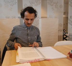 Gable Roelofsen met het regieboek (foto: Place de l'Opera).