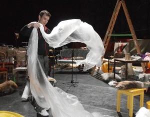 Zanger Kevin Skelton draagt een steentje bij aan de voorbereiding (foto: Place de l'Opera).