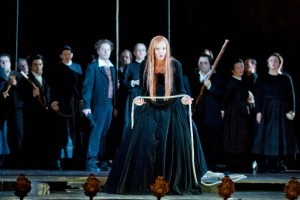 Scène met Marlis Petersen als 'La Straniera' (foto: Thilo Beu).