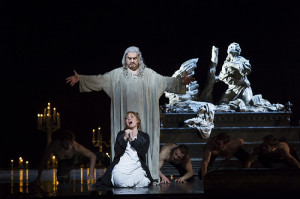 Scène met Bryn Terfel en Sonya Yoncheva (foto: Bill Cooper / Royal Opera House).