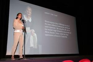 Mylou Mazali gaf vooraf een inleiding (foto: Theater de Speeldoos).