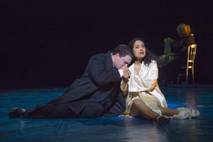Scène uit La traviata (foto: Morten de Boer / Den Haag).