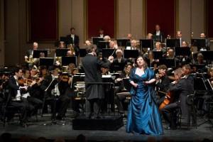 Winnares Irina Churilova met dirigent Axel Kober en de Duisburger Philharmoniker (foto: Susanne Diesner).