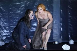 Simon Keenlyside en Anna Netrebko als Macbeth en Lady Macbeth (foto: Wilfried Hösl).