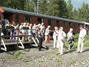 Operagasten arriveren met een antieke trein bij Opera på Skäret (foto: Opera på Skäret).