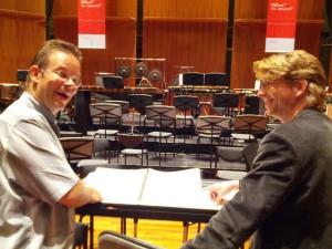 Dirigent Antony Hermus en assistent Konradin Herzog overleggen over het tempo.