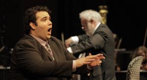 Tenor Andrew Haji met op de achtergrond maestro Kenneth Montgomery (copyright foto: Hans Hijmering).