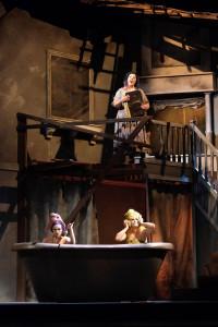 Assepoester (boven) met haar twee zusjes (foto: Jacky Croisier / Opéra Royal de Wallonie).