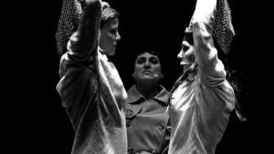Scène uit De Soprano's, met Marjolein Niels, Capucine Chiaudani en Anna Emelianova (foto: Alwin Poiana).