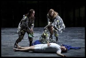 De drie Damen uit Die Zauberflöte, tijdens de vorige speelreeks van de productie van De Nationale Opera (foto: Clärchen en Matthias Baus).