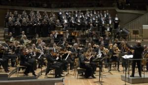 Het koor en orkest van de Deutsche Oper Berlin speelden een hoofdrol in de uitvoering van Dinorah (foto: Bettina Stöß).