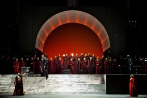 Scène uit de productie van Attila die Pier Luigi Pizzi voor de Astana Opera maakte.