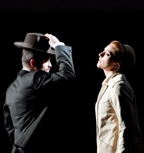Scène met Pavol Breslik en Layla Claire (foto: Monika Rittershaus).